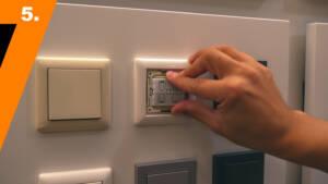 Der Hue Tap Taster wird in den Lichtschalter eingesetzt.